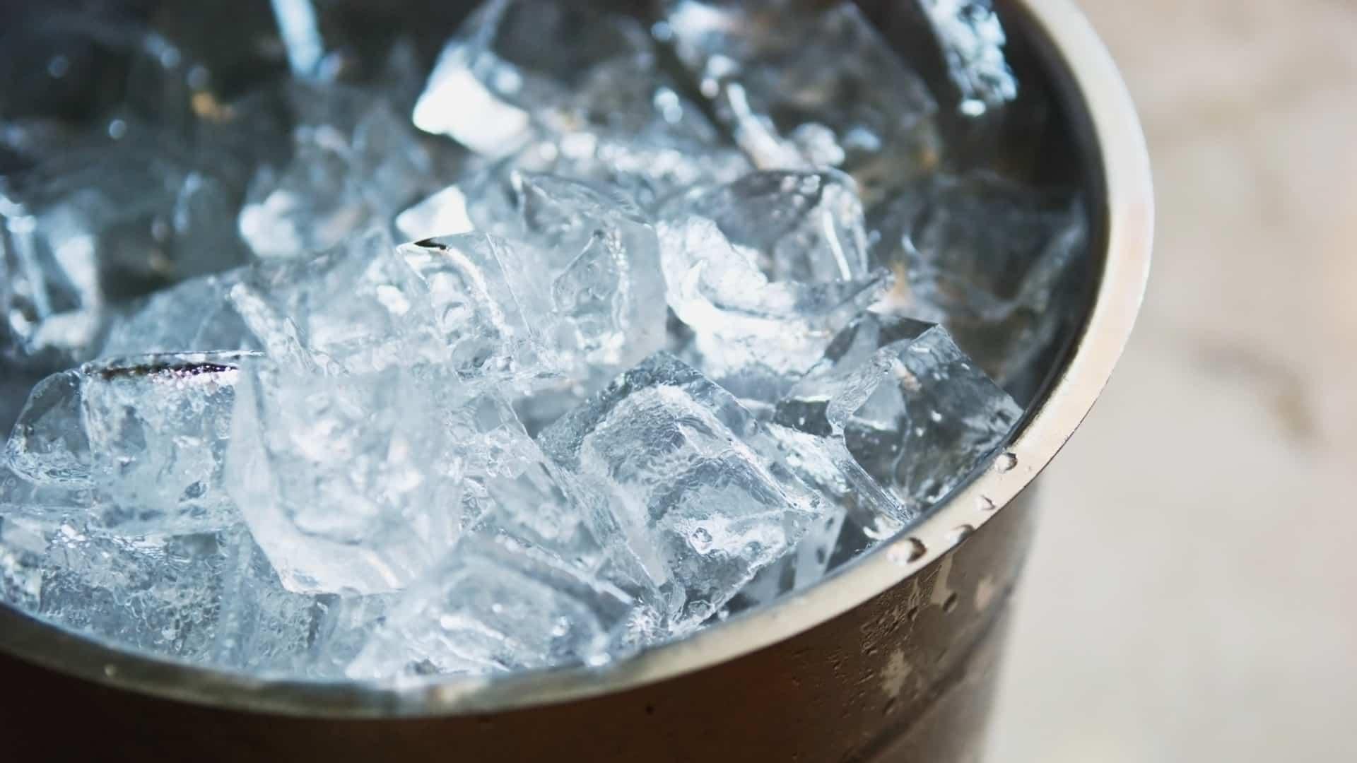 Kupferbecher mit Eis gefuellt